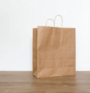 Пакет из крафтовой бумаги.